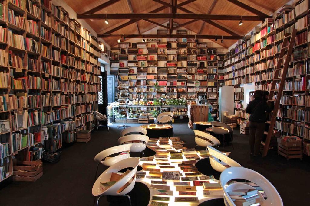 An elf Orten in Óbidos werden bereits Bücher verkauft, wie hier im Mercado Biológico. Bald eröffnet noch eine Bücher-Wein-Bar. © Miriam Eckert