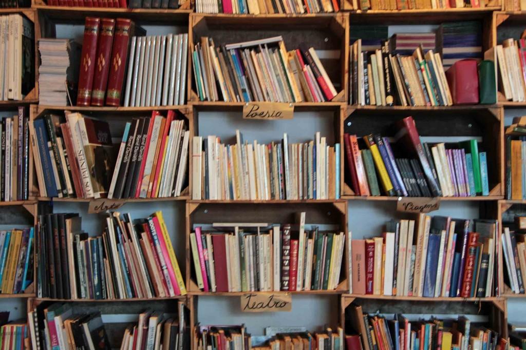 Im Mercado Biologico in Óbidos in Portugal gibt es Literatur aus Orangenkisten. © Miriam Eckert