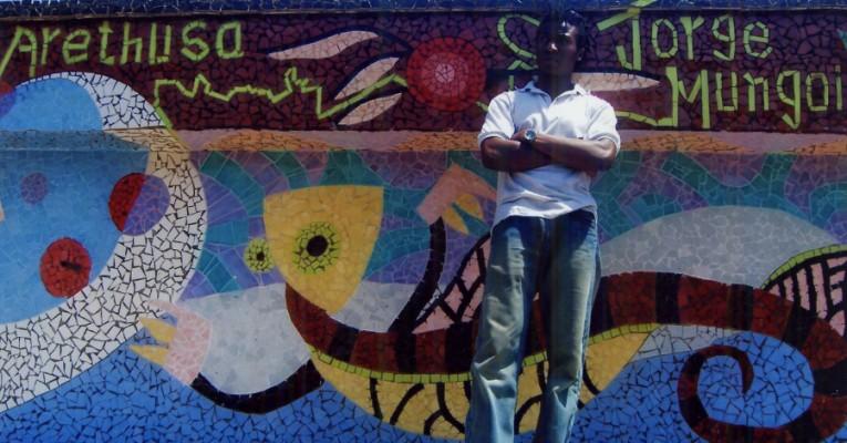 Der Künster Jorge Mungoi Arethusa gestaltet Mosaike in Maputo. © Miriam Eckert