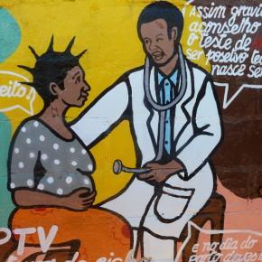 Farbe an den Wänden: Bunte Comics sind in Mosambik beliebt - egal ob es sich um Werbung oder Gesundheitskampagnen handelt. © Miriam Eckert
