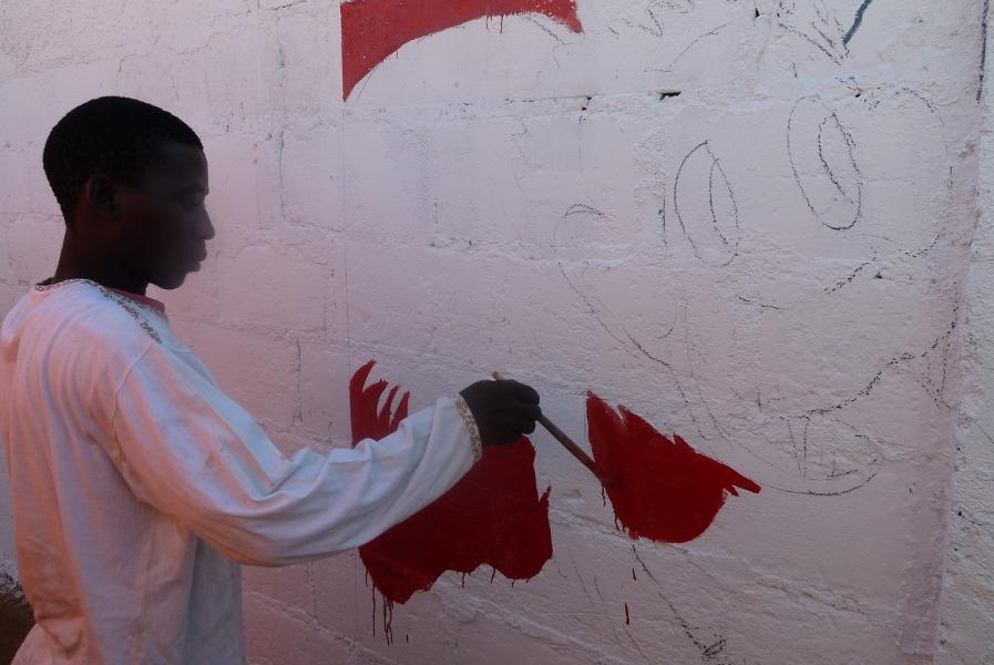 Auf die Bleistiftzeichnung an der Wand folgen die ersten Farbkleckse. © Miriam Eckert