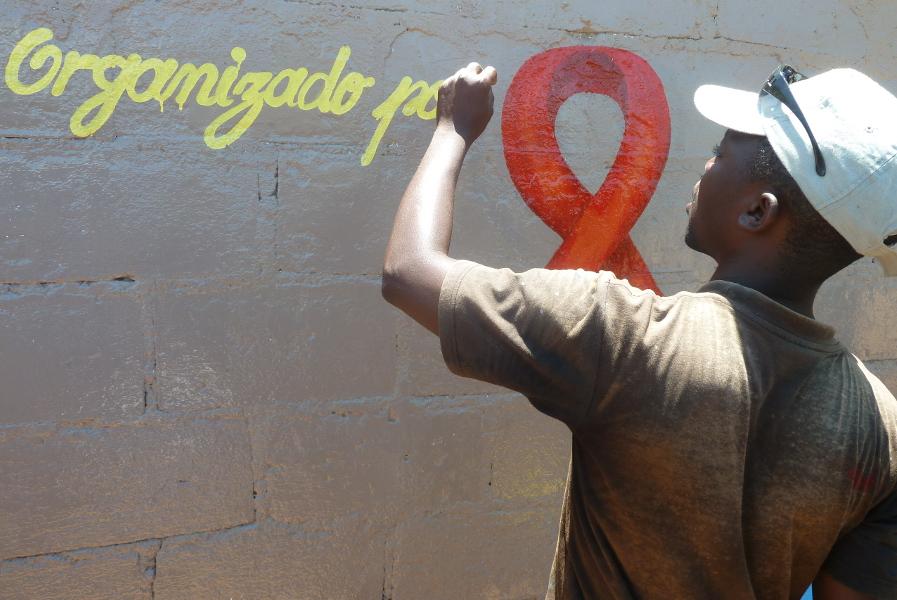 Ein Team von zehn Jugendlichen malte das Aids-Mural in Moma. © Miriam Eckert