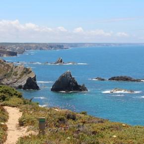 Der Wanderweg Trilho dos Pescadores (Fischerpfad) führt an der Atlantikküste Portugals entlang. © Miriam Eckert