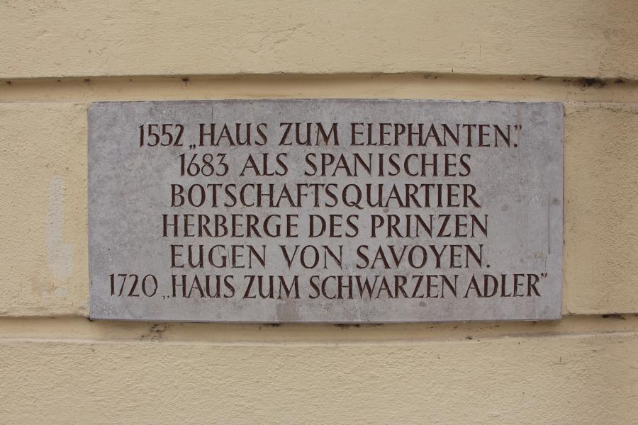 In Passau ist der Besuch des Elefanten nicht vergessen: Am Kirchplatz 4 in der Innstadt findet sich diese Tafel. © Miriam Eckert